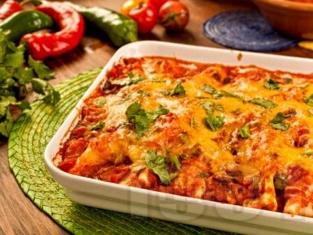 Енчиладас с кайма, доматен сос, сметана и сирене чедър - снимка на рецептата